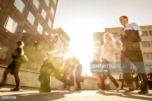 commuters walking - spitsperiode stockfoto's en -beelden