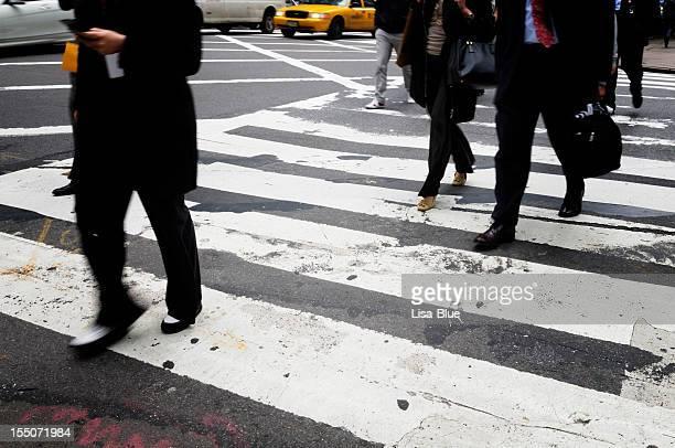 commuters,wall street,nyc - zebrapad stockfoto's en -beelden
