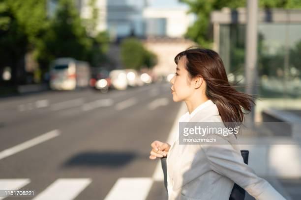 通りを歩いている通勤の実業家 - japanese ol ストックフォトと画像