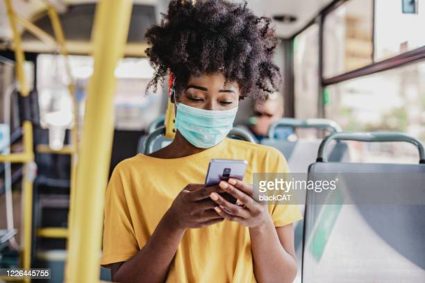 pendolarismo durante una pandemia - autobus foto e immagini stock