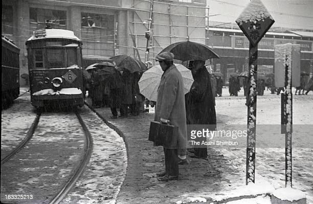 Commutors wait a tram in the snow at Shibuya Station on Deceomber 17 1947 in Tokyo Japan A large scale redevelopment around Shibuya station is...
