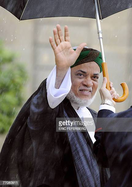 Comoran President Ahmed Abdallah Mohamed Sambi waves as he leaves the Elysee presidential palace in Paris 28 september 2007 after a meeting with...