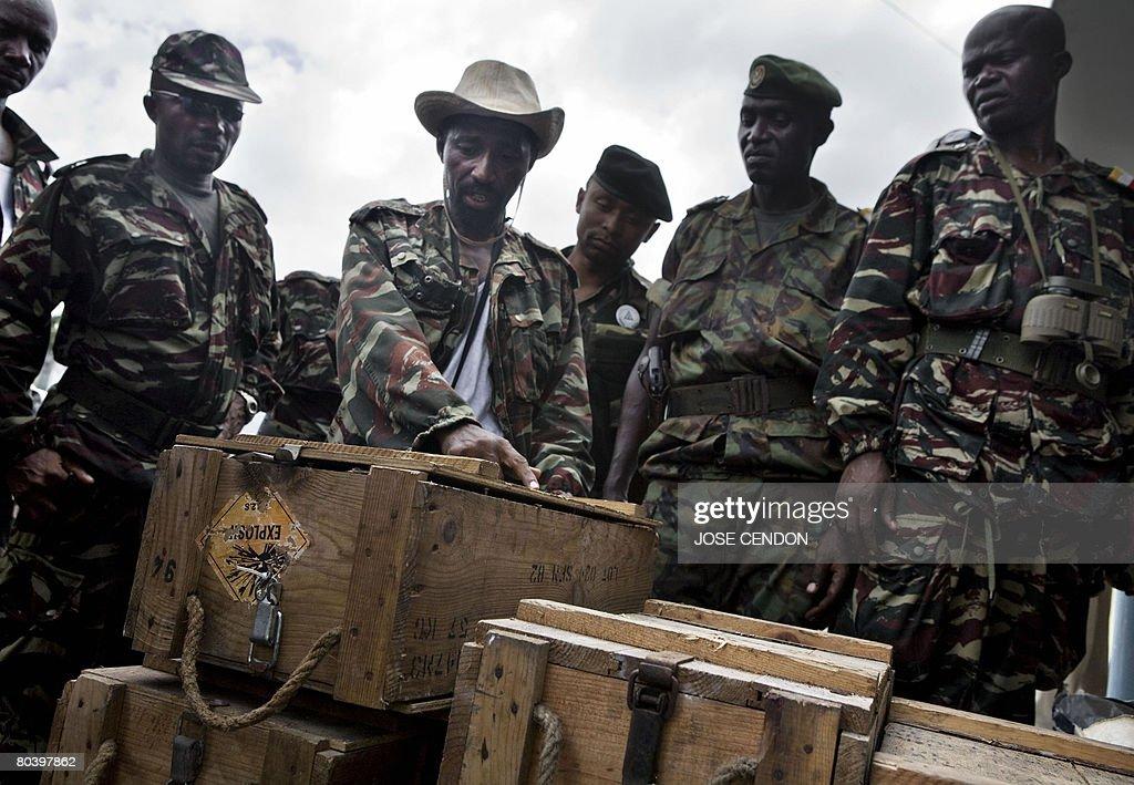 Comoran troops display for the press box : News Photo