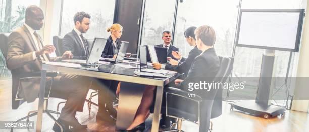 company board meeting - finanza ed economia foto e immagini stock