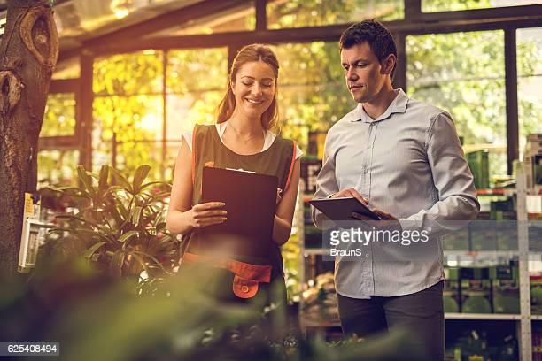 comparing the data in garden center! - trabalho comercial - fotografias e filmes do acervo