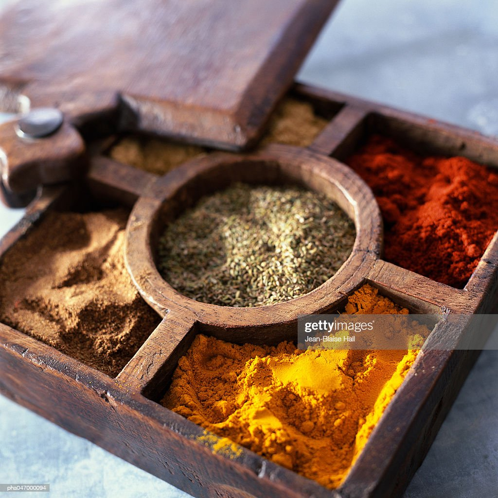 Compartmented wooden box with various spices : Stockfoto