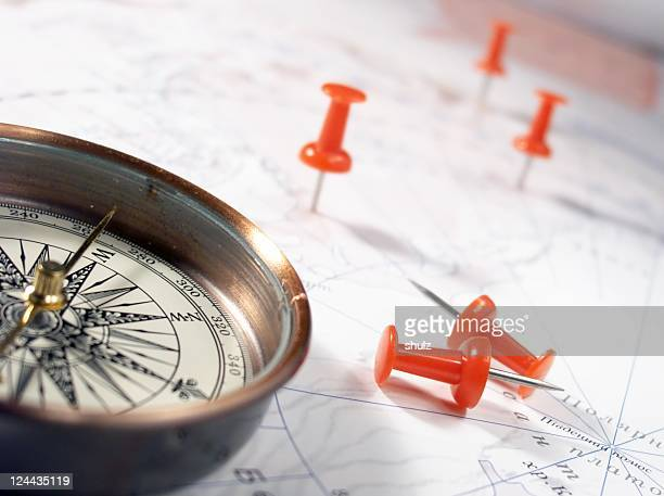 Kompass und Heftzwecke auf der Karte