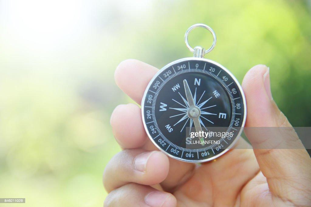 Kompass in der hand im freien : Stock-Foto