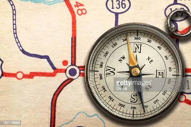 Compass sitzt auf Landkarte anzeigen highway junction