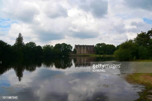 comper castle brittany - golfe du morbihan photos et images de collection