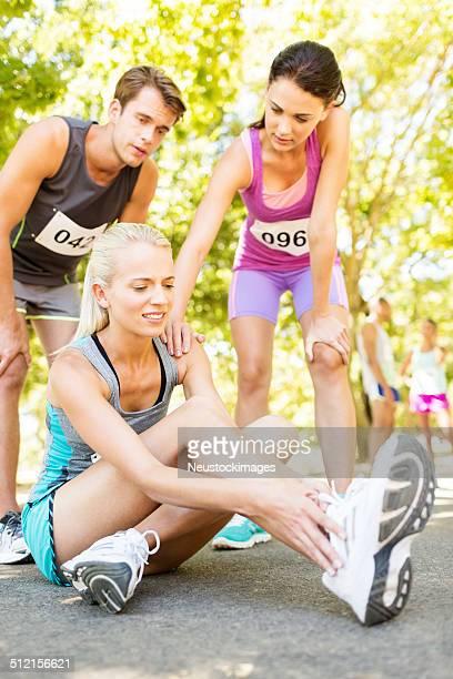 Concurrents afin de Coureur de Marathon avec Twisted de la cheville