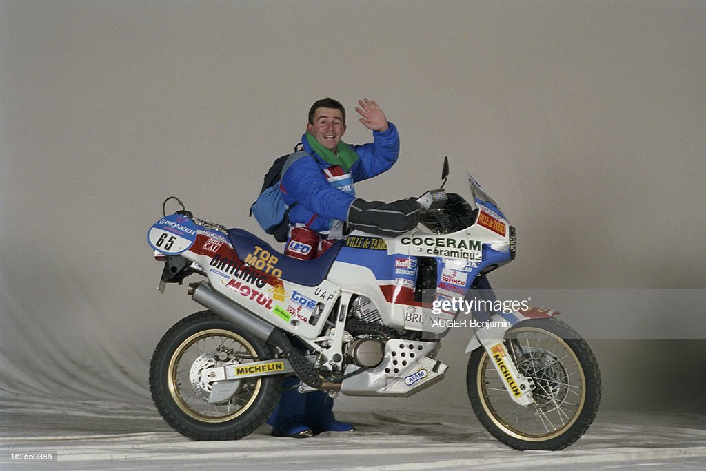 Competitors Of The 11Th Paris Dakar Rally 1989 Pose In Studio With Their Bike : Foto di attualità