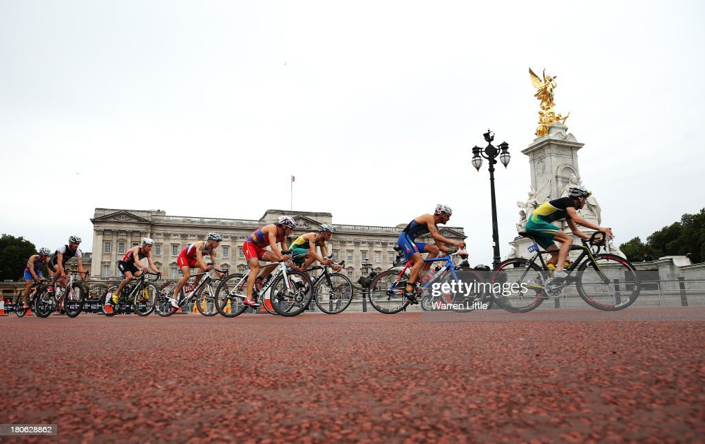 Competitors pass Buckingham Palace during the Elite Men PruHealth ITU World Triathlon Grand Final London at Hyde Park on September 15, 2013 in London, England.
