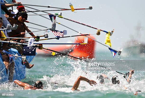 Competitors refreh themselves during the Men's 10km Open Water competition on July 22, 2009 at the FINA World Swimming Championships in Ostia. Lurz...