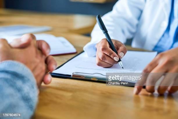 het opstellen van een grondig plan voor de genezing van haar patiënt - feedback stockfoto's en -beelden