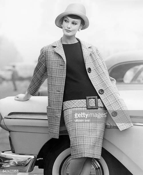 Complet aus anthrazitfarbener Wolle Oberteil aus schwarzer Wolle die Blende mit grosser LederschnalleModell Schwichtenberg 1960Aufnahme Hilla Korn