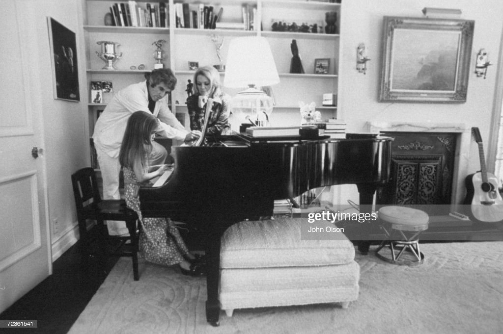 Composer Burt Bacharach Jr (L) and his actress wife Angie : News Photo