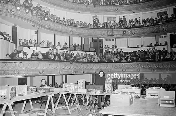 Composer Pierre Henry In Concert Le 31 octobre 1968 Pierre HENRY sur scène Le compositeur de musique électroacoustique et de musique concrète au...