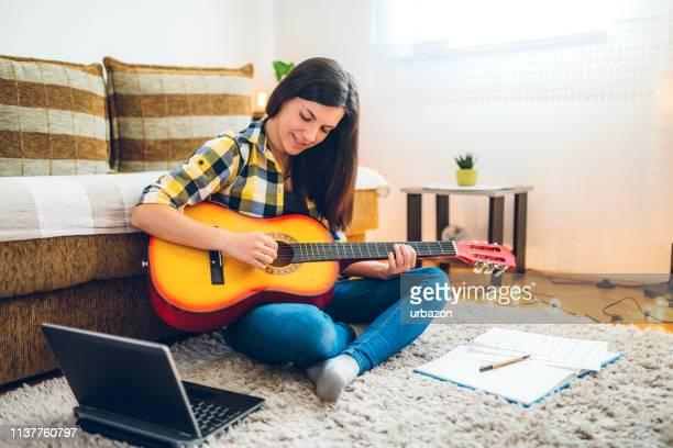 アコースティックギターで音楽を作曲する - 作曲家 ストックフォトと画像