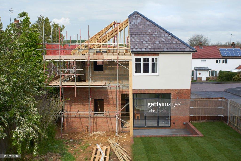 Samenstelling van een modern huis tijdens en na de bouw. : Stockfoto