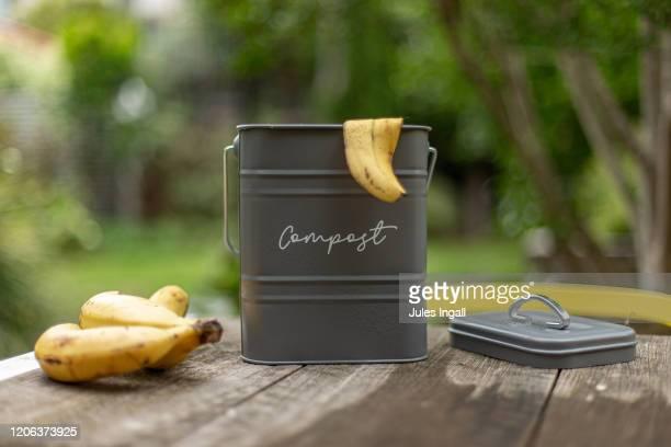 compost bin outside on a garden table - humus photos et images de collection