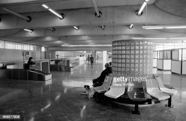Comptoirs d'embarquement et fauteuils à l'aéroport de Roissy en novembre 1981, France.