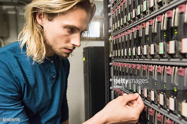 Equipo administrador del servidor sistema RAID comprobación