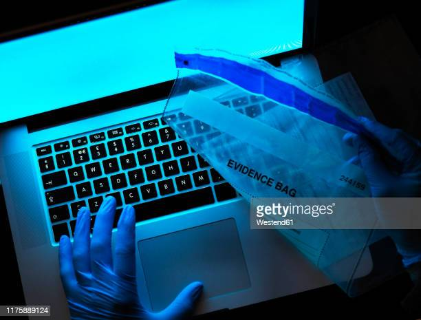 computer forensic evidence being collected - 法科学 ストックフォトと画像