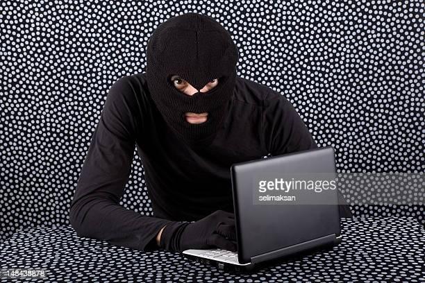 hacker con máscara de fondo de manantial y guantes