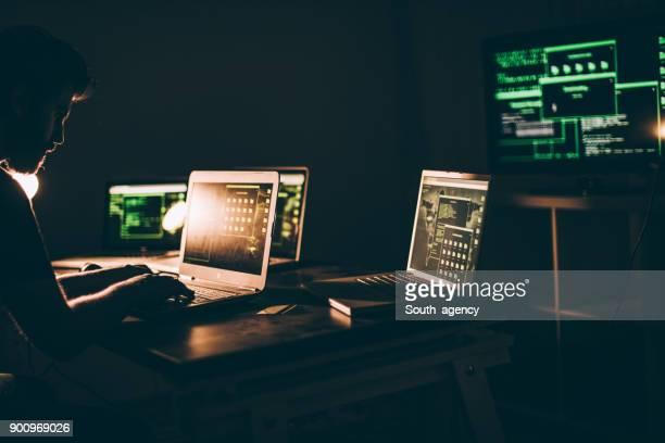 Computer hacker werken 's avonds laat