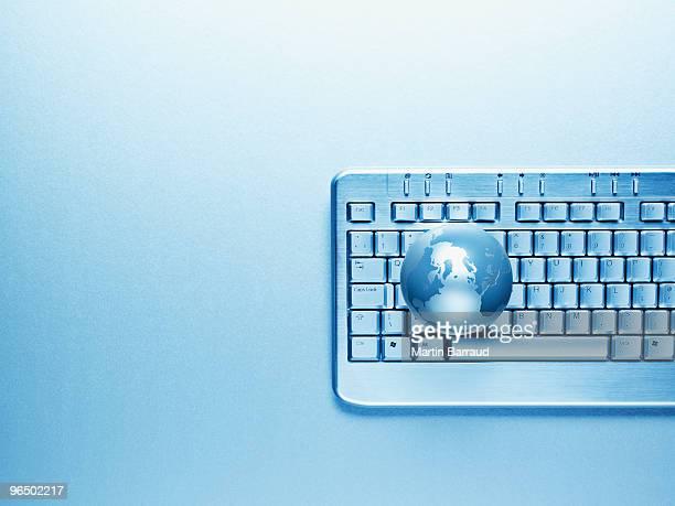 Clavier d'ordinateur et globe