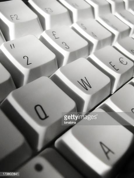 teclado de ordenador - q and a fotografías e imágenes de stock
