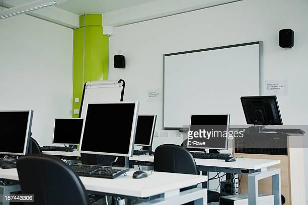 Computer im Labor mit whiteboard und flipchart