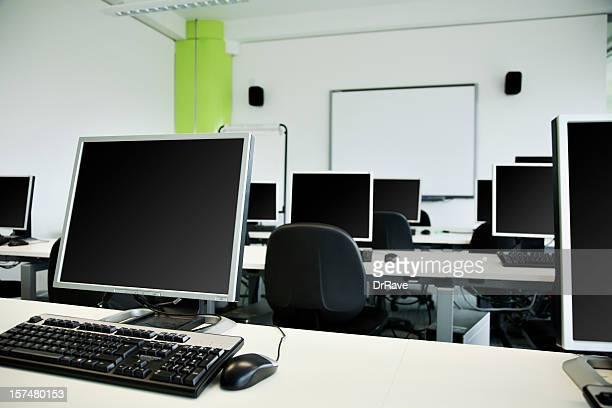 laboratório de informática com quadro branco e flipchart. - grupo grande de objetos - fotografias e filmes do acervo