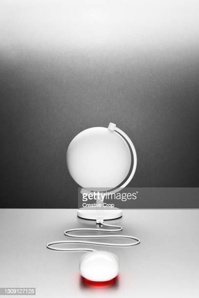 a computer mouse connected to a white desk globe - microzoa - fotografias e filmes do acervo