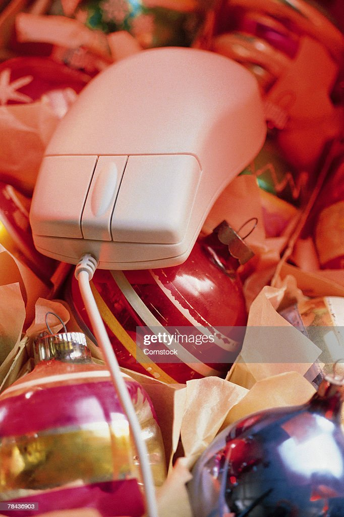 Computer mouse on top of Christmas ornaments : Stockfoto