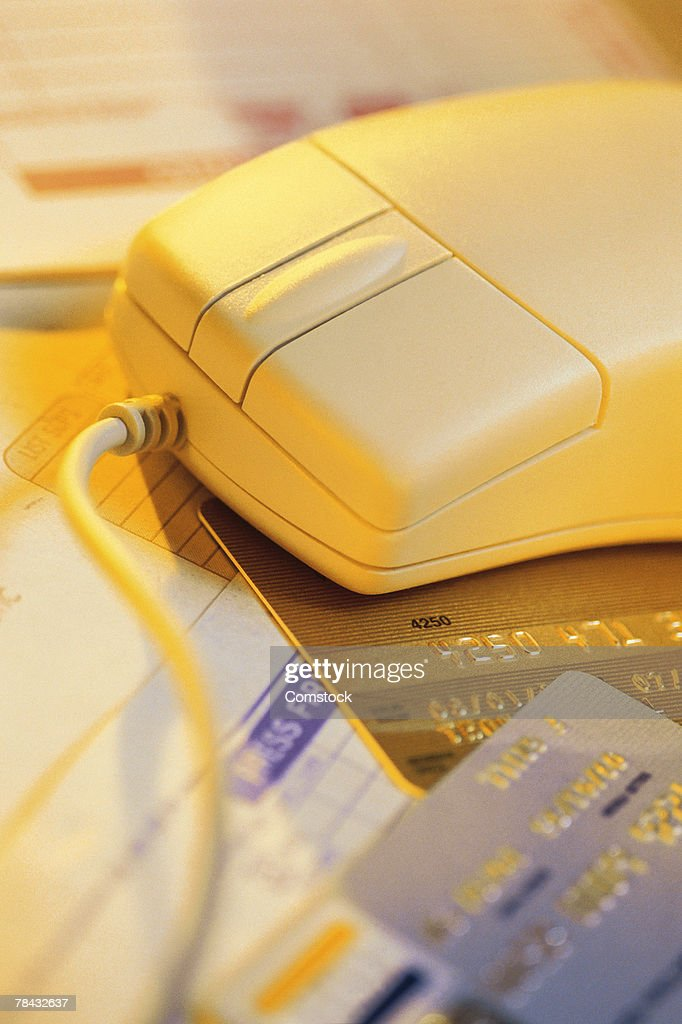 Computer mouse with credit cards and bills : Stockfoto