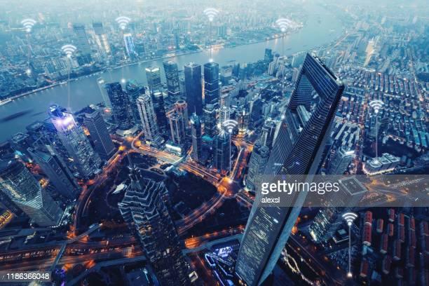 コンピュータネットワークワイヤレス接続現代都市通信技術 - スマートシティ ストックフォトと画像