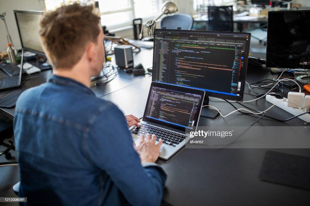 Programmatore di computer che lavora a un nuovo programma software : Foto stock
