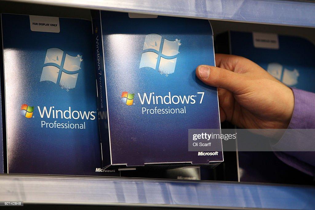 Computer Stores Prepare For Release Of Microsoft Windows 7 : News Photo