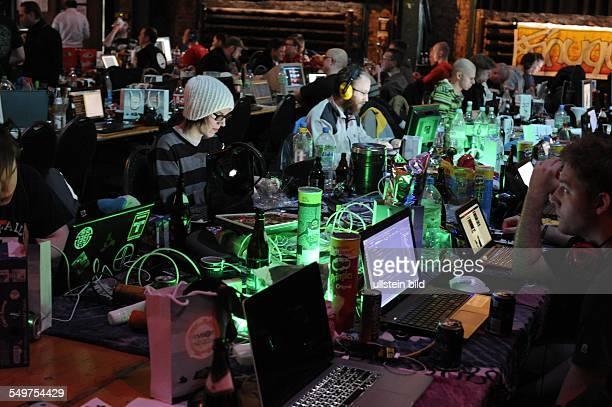 """Computer-Festival """"Revision"""" im E-Werk in Saarbrücken . Programmier-Wettbewerb. Die Teilnehmer programmieren um die Wette: In verschiedenen..."""