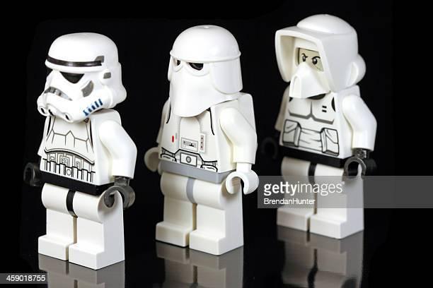 chers compagnons dans les bras - lego star wars photos et images de collection