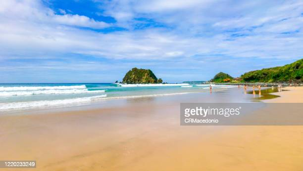 conceição beach is one of the most beatiful beaches in fernando de noronha and with an easy access - crmacedonio stockfoto's en -beelden
