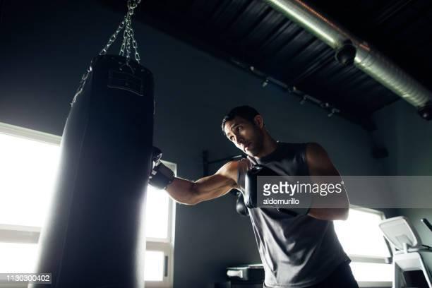koncentrerad ung man träna i gymmet - boxning sport bildbanksfoton och bilder
