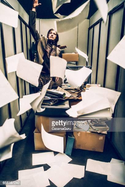 Konzept-Bild von einem anstrengenden Tag in einem winzigen Büro