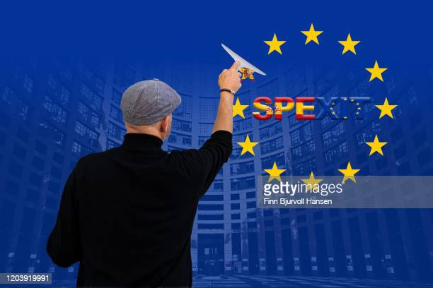 concept of spexit spain out of eu european union - man erasing the star from eu flag - finn bjurvoll - fotografias e filmes do acervo