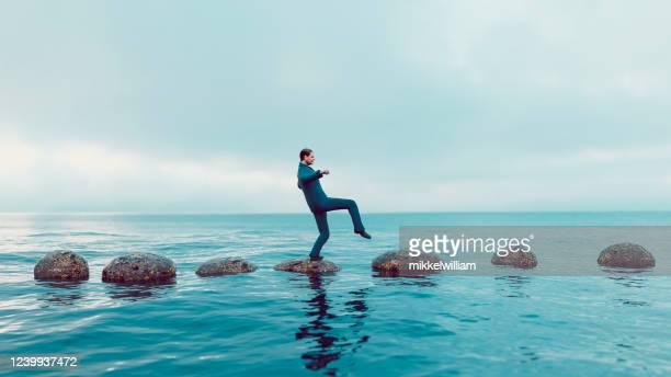 concept springplanken die tot juiste carrièreweg leiden vermijdend valkuilen - uitdaging stockfoto's en -beelden