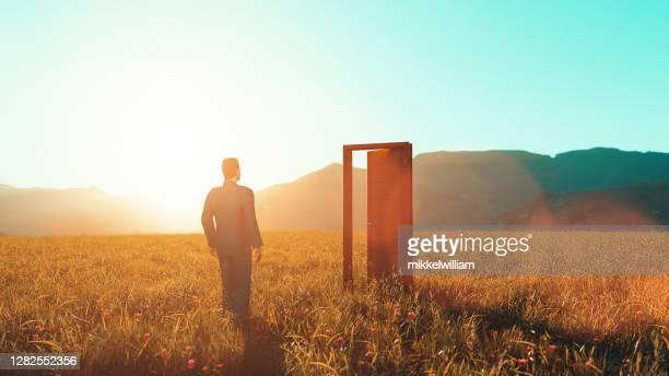 concept van het nemen van kansen in het leven en wandelen door de open deuren - open stockfoto's en -beelden