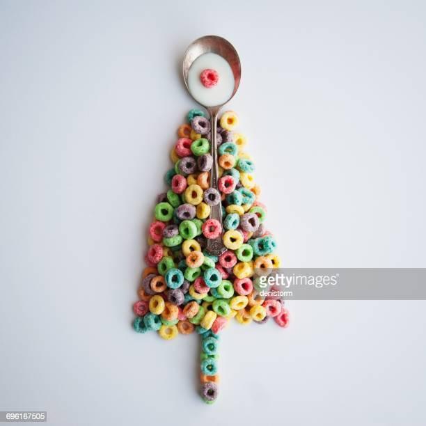 conceptual christmas tree made of breakfast cereal - sapin de noel humour photos et images de collection