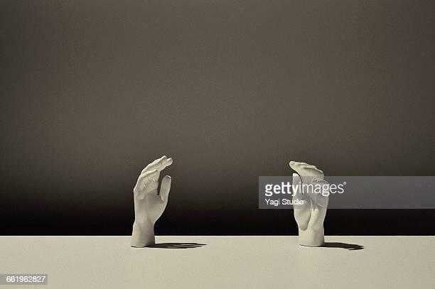 conceptual image / white hand of sculpture - main noir et blanc photos et images de collection